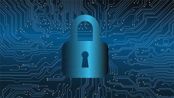 La ciberseguridad controla y bloquea con un candado los ataques de los virus.