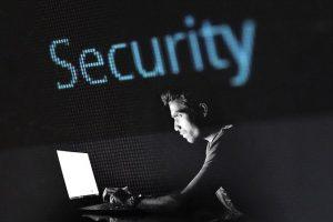 El ransomware no solo puede robar datos también vidas.hacking-2964100_640. Imagen de methodshop en Pixabay .